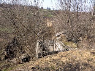 Долина реки Сенной. Водопропускная труба и остатки гидротехнических сооружений