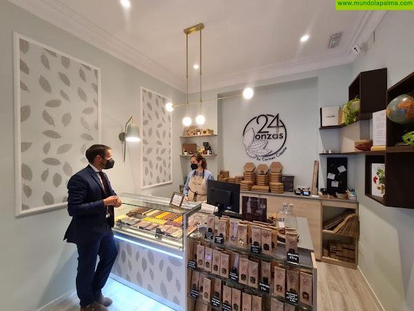 Mariano Zapata visita la pastelería de la palmera Carmen Capote, que triunfa en Madrid