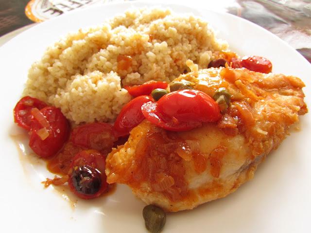 filet z kurczaka z pomidorkami koktajlowymi i kaszą