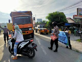 Jelang Buka Puasa, Kapolsek Indrapura Bersama Jajaran Bagi -Bagi Takjil