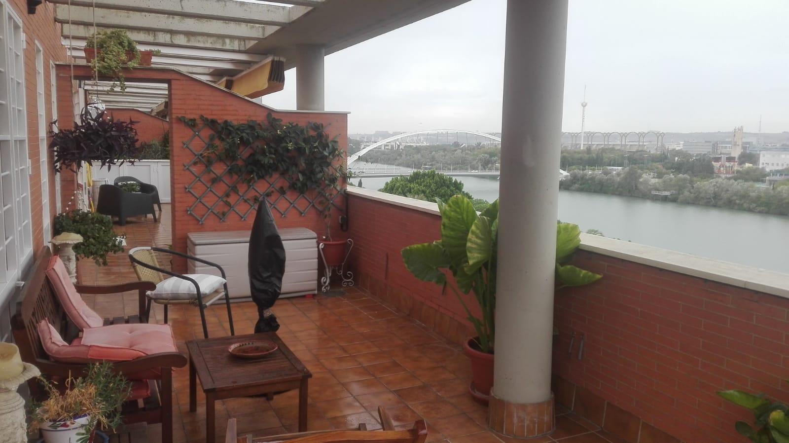 Bonito atico en venta con magnífica terraza y vistas al río en Sevil