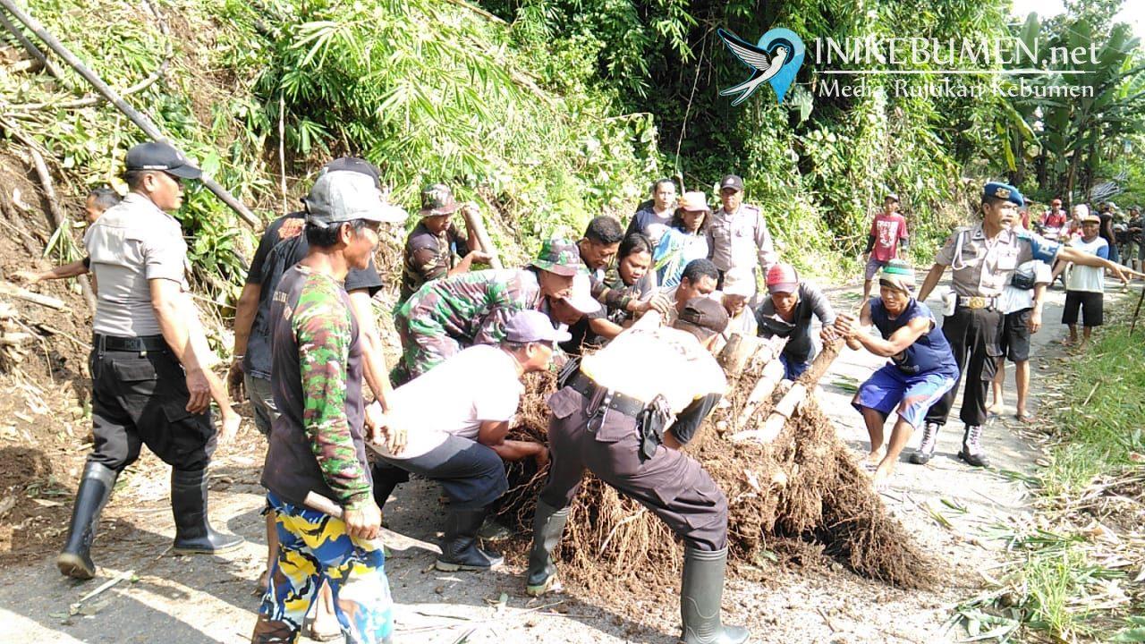 Longsor, Rumpun Bambu Sempat Menutup Akses Jalan di Karanggayam