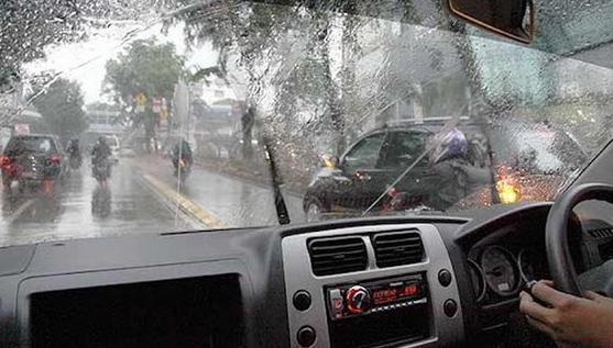 Mengendarai mobil di saat hujan;Tips Aman Mengendarai Mobil di Saat Hujan;Tips Mengendarai Mobil Saat Hujan;