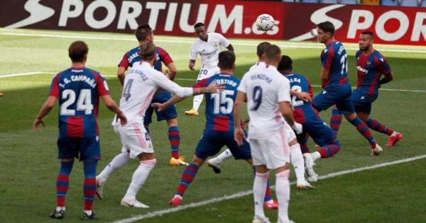 ريال مدريد يتلقى الخسارة على ملعبه بهدفين مقابل هدف