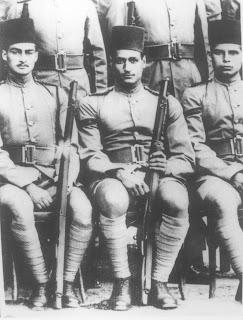 جمال عبد الناصر (على اليمين)، مع أحمد مظهر 1940
