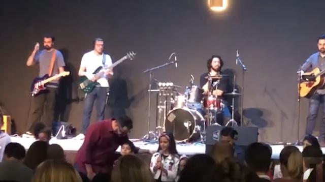Filha de Luciano Camargo ora durante culto na igreja e emociona o cantor