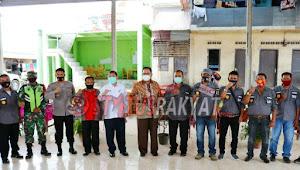 Kunker Ke Kab. Karo, Baskami Ginting Bersama Bupati Karo Serahkan Masker Kepada Warga Desa Sukandebi