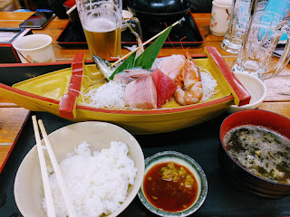 新鮮なお刺身盛り合わせ船盛とごはんとアオサの味噌汁にビール