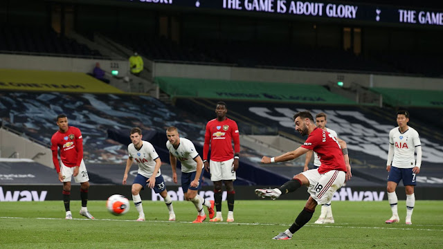 Bruno Fernandes scores the equalizer from the penalty spot during Spurs 1-1 draw vs United