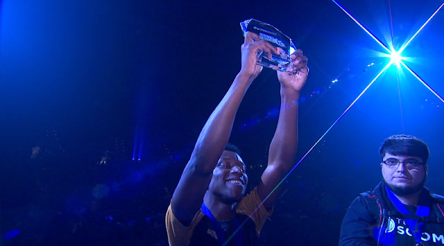 MVG Salem Wins EVO 2017 holding up trophy smile grin Bayonetta Super Smash Bros. For Wii U
