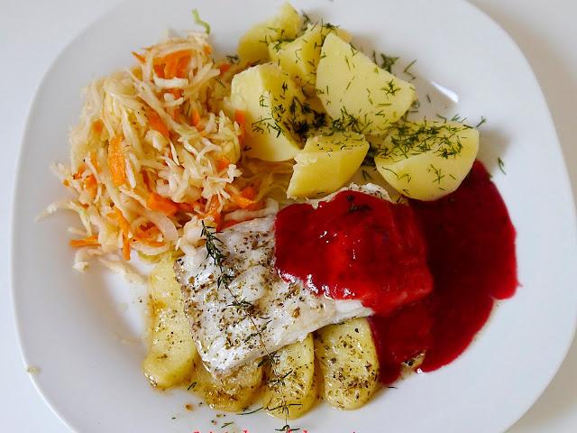 Dorsz z karmelizowanymi jabłkami i sosem żurawinowym - Czytaj więcej »