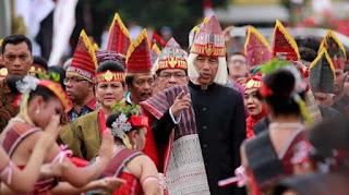 Penutup kepala aneh Presiden Jokowi