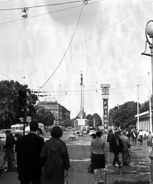 1966 год. Skats uz Ļeņina ielas (tagad Brīvības iela) un Padomju bulvāra (tagad Zigfrīda Annas Meirovica bulvāris) stūri. Autors: Mesņjankins. Latvian State Archive of Film.