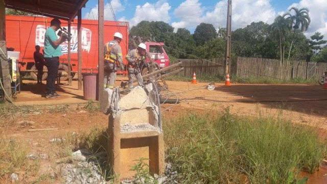 Caminhão de bebidas destrói poste de iluminação na capital