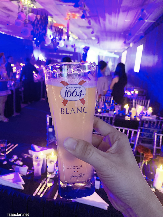 1664 Blanc in hand