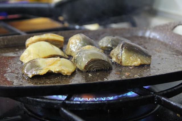 alcachofas cocidas doradas en la plancha