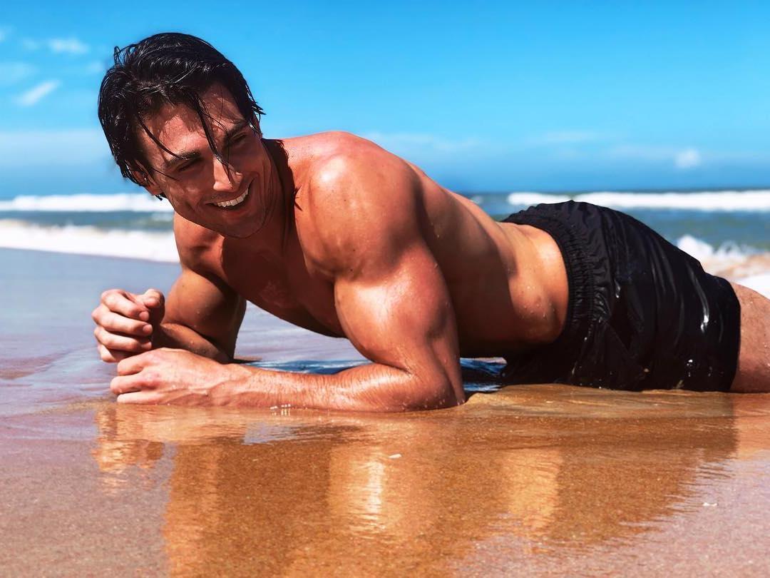 muscular-shirtless-jacob-elordi-lookalike-hunk-jeremy-hershberg-sexy-beach-body