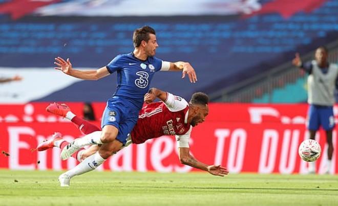 Video Arsenal - Chelsea: Thẻ đỏ, cú đúp người hùng & 14 phút bù giờ