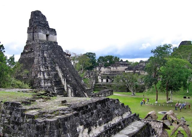 se encontró una pirámide de siete pisos, que está tan cubierta de vegetación que encaja completamente en la jungla circundante y es completamente invisible como veras este sitio llama a cualquiera con instinto de aventura a conocerlo y explorarlo es un sitio casi mágico.