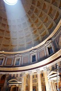 Interior do Pantheon, luz entrando através da cúpola aberta