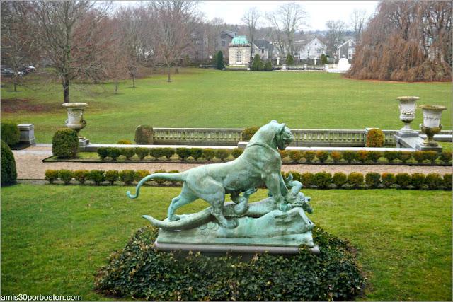 Vistas del Jardín desde el Invernadero de la Biblioteca de la Mansión The Elms en Newport