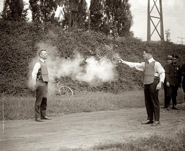 rompi anti peluru pada tanggal 13 September, 1932 di Washington, DC