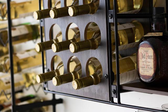 Prateleira adega decorativa para vinhos
