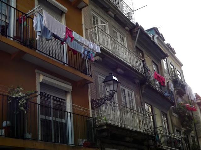 fachadas e varandas típicas do Porto