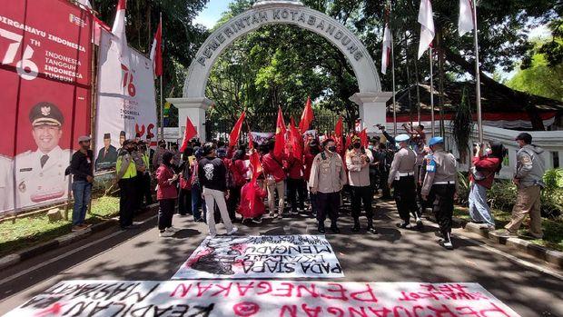 Mahasiswa Pasang Spanduk '404 Not Found' di Kantor Walkot Bandung