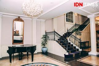 Bagian dalam Hotel Majapahit yang luas dan mewah