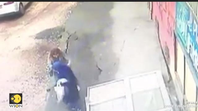 """Σοκαριστικό βίντεο: Δρόμος υποχωρεί και """"καταπίνει"""" δυο γυναίκες"""