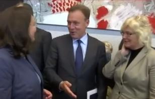 Κατέρρευσε σε τηλεοπτικό στούντιο ο αντιπρόεδρος της Bundestag