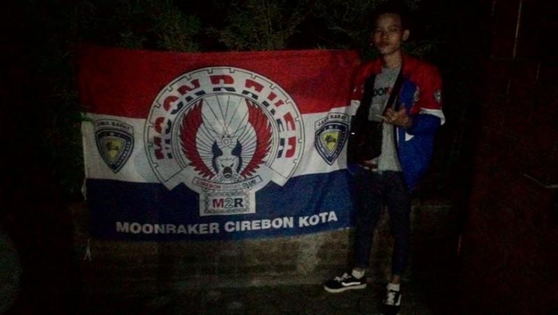 Salah satu anggota geng motor Moonraker Cirebon berfoto