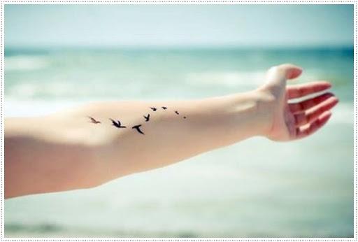 Pequeno pássaro tatuagens para a menina na mão