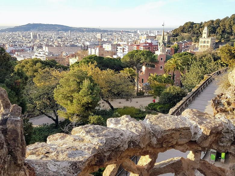 公園一景,右邊建築為高第住宅博物館 (Casa Museu Gaudí)