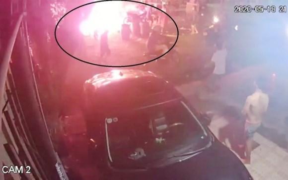 Phẫn nộ nhóm côn đồ ném 'bom xăng' khiến 2 trẻ bỏng nặng
