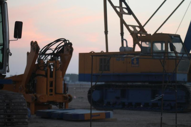 Picture of construction machines on the Kingdom Tower construction site