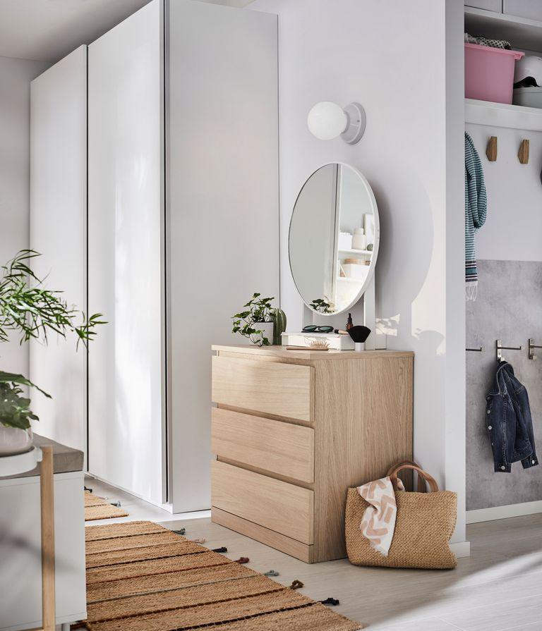 novedad catálogo ikea 2020 the lab home recibidor cómoda madera con espejo blanco y armario blanco