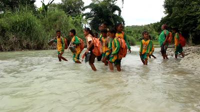 Terpencil, Siswa dan Guru Berjibaku dengan Lumpur Masuk Hutan hingga Menyusuri Sungai