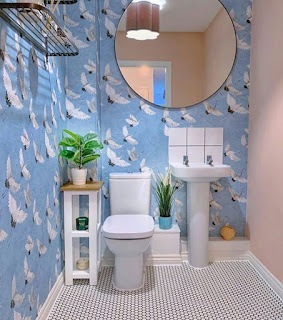 Desain kamar mandi minimalis warna biru dan putih