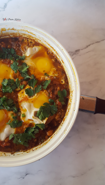 shakshuka, shakshuka recipe, brunch recipe, breakfast recipe, breakfast, brunch, eggs, tomato based, North African cuisine, Middle Eastern cuisine, spicy food, food, food blog, food blogger, food photography, pinterest food, baked beans, sausage, spicy fusion kitchen, botswana