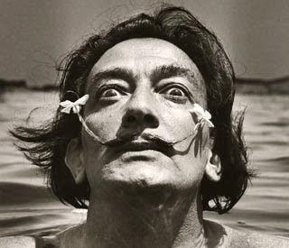 Foto de Salvador Dalí con cabello largo