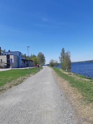 Hiekkatie järven vieressä, vasemmalla Hatanpään sairaalan rakennus