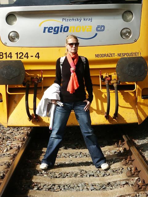 Linda v kolejišti před lokomotivou