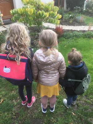trois enfants se tiennent la main