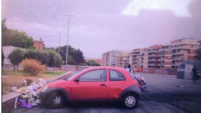 Roma, macchina parcheggiata sui fiori commemorativi per le sorelle decedute nell'incendio