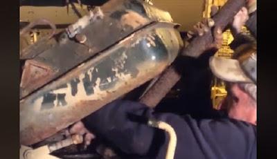 Penemuan emas batangan di dalam tank tua