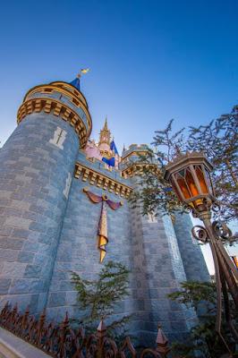神奇王國樂園灰姑娘城堡已開始加上首款50週年慶典主題裝飾, DisneyWorld50-Cinderella-first-piece-of-EARidescent-decorations, Walt Disney World Resort, WDW