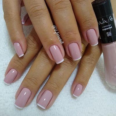 unha inglesinha com esmalte rosa e branco