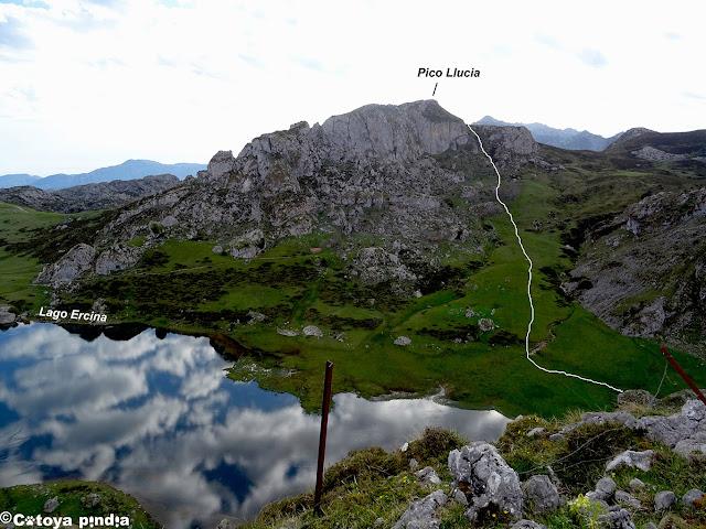 Subiendo hacia el Bricial dejando abajo el Lago Ercina.